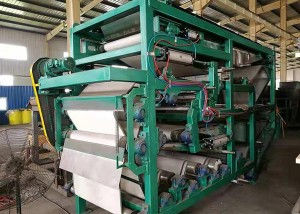 Vacuum belt press